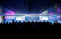 La junta de accionistas de NH Hotel Group votó el martes a favor de expulsar a cuatro consejeros nombrados por el grupo chino HNA y sustituirlos por cuatro independientes. En la imagen, la junta de accionistas de NH en Madrid, el 21 de junio de 2016.  REUTERS/Paul Hanna