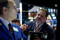 Трейдеры на торгах Нью-Йоркской фондовой 9 июня 2016 года. Фондовые рынки США слабо растут во вторник после публикации текста выступления главы ФРС Джанет Йеллен, которая рассказала о состоянии американской экономики в ходе выступления перед банковским комитетом Сената.   REUTERS/Brendan McDermid