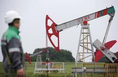 Un trabajador mira una unidad de bombeo en un campo de petróleo propiedad de Bashneft, al norte de Ufa, Rusia. 11 de julio de 2015. Rusia superó a Arabia Saudita como el mayor abastecedor de crudo de China en mayo, mostraron datos de aduanas el martes, lo que marcó el tercer mes consecutivo en que el mayor productor mundial de petróleo excede al principal exportador global en el suministro al mercado chino. REUTERS/Sergei Karpukhin/File Photo