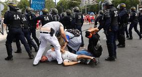 Torcedor polonês é detido pela polícia em Marseille. 21/6/16.   REUTERS/Wolfgang Rattay
