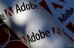 Логотипы Adobe. Вена, 9 июля 2013 года. Квартальная выручка разработчика программного обеспечения Adobe Systems Inc и его годовой прогноз выручки с трудом дотянули до оценок аналитиков, разочаровав инвесторов, которые надеялись на то, что спрос на пакет приложений Adobe Creative Cloud превзойдет все ожидания. REUTERS/Leonhard Foeger/File Photo