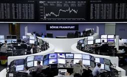 Operadores trabajando en la Bolsa de Fráncfort, Alemania. 21 de junio de 2016. El índice referencial de las acciones europeas, Ftseurofirst 300, cerró el miércoles con un avance de 1 por ciento a 1.349,51 puntos, en medio de la atmósfera positiva entre los mercados financieros ante la percepción de que ahora sería menos probable que Reino Unido abandone la Unión Europea. REUTERS/Staff/Remote