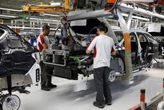 Una fábrica de SEAT en Martorell, España, el 5 de diciembre de 2014. El crecimiento de la actividad empresarial de la zona euro se desaceleró más de los previsto este mes, lo que sugiere que el desempeño económico del trimestre no igualará el fuerte ritmo visto a comienzos de año, según un sondeo. REUTERS/Gustau Nacarino/File Photo