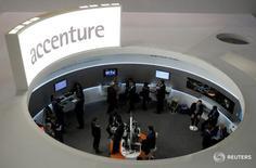 Посетители на стенде Accenture на Mobile World Congress в Барселоне 26 февраля 2013 года. Компания Accenture Plc, оказывающая услуги в области управленческого консалтинга, информационных технологий и аутсорсинга, отчиталась об увеличении квартальной чистой выручки на 8,6 процента благодаря улучшению спроса в Северной Америки. REUTERS/Albert Gea/File Photo                G