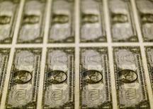Billetes de un dólar en  la Casa de la Moneda de Estados Unidos en Washington, nov 14, 2014. La libra esterlina se apreció el jueves a su máximo nivel del 2016 y el euro avanzaba contra el dólar y el yen, después de que una serie de sondeos y reportes de casas de apuestas indicaron que Reino Unido se inclinará por permanecer en la Unión Europea.   REUTERS/Gary Cameron/File Photo