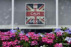 Призывающий голосовать за выход из ЕС плакат в Лондоне 23 июня 2016 года.  Министерство финансов РФ ожидает резкого роста волатильности рынков, которое будет означать падение цен на нефть и ослабление курса рубля, и повышения неопределенности относительно будущего развития глобальной экономики после решения Великобритании выйти из состава Евросоюза, однако считает, что влияние Brexit на российскую экономику будет ограничено.  REUTERS/Toby Melville