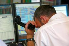 """Трейдер BGC на биржевых торгах после того как Британия проголосовала за выход из ЕС. Боль от решения Великобритании """"развестись"""" с Европейским союзом прокатилась по всему миру в пятницу, вызвав бурю на финансовых рынках, которой может понадобиться время, чтобы улечься, и отсрочив перспективы восстановления мировой торговли. REUTERS/Russell Boyce"""