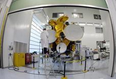 Le groupe Eutelsat va revoir ses objectifs financiers et a notamment indiqué une réduction de ses investissements à 420 millions d'euros par an en moyenne sur la période allant de juillet 2016 à juin 2019 contre 500 millions d'euros par an en moyenne prévus de juillet 2015 à juin 2018. /Photo d'archives/REUTERS/Eric Gaillard