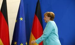 Los mercados financieros internacionales están muy preocupados de que la Unión Europea ya no sea gobernable después de que Reino Unido votara abandonar el bloque, sostuvo el lunes la canciller alemana, Angela Merkel, a los líderes de su partido conservador, según dijeron dos participantes en una conferencia telefónica. En la imagen, la canciller alemana Angela Merkel se marcha tras realizar un discruso en Berlín, Alemania, el 24 de junio de 2016. REUTERS/Hannibal Hanschke