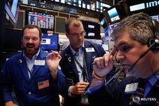 Трейдеры на торгах Нью-Йоркской фондовой биржи 24 июня 2016 года. Фондовые индексы США резко снизились в начале торгов понедельника под давлением акций финансового сектора, дешевеющих после шокировавшего рынки решения Великобритании выйти из состава Евросоюза. REUTERS/Lucas Jackson