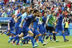Jogadores da Itália comemoram vitória sobre a Espanha.  27/6/16.  REUTERS/Christian Hartmann