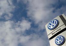 Volkswagen va verser plus de 15 milliards de dollars (13,6 milliards d'euros) pour régler une partie du scandale des émissions polluantes de ses véhicules diesel aux Etats-Unis dans le cadre d'un accord. /Photo prise le 16 mars 2016/REUTERS/Ina Fassbender