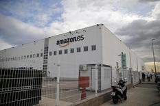 Amazon.com dijo el martes que creará en 2017 un centro logístico en Barcelona para el que pretende contratar a 1.500 trabajadores en los tres años siguientes a su apertura. En la imagen de archivo, una vista general de un centro de Amazon en Madrid,REUTERS/Andrea Comas