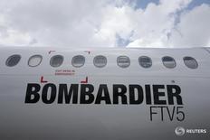 Самолет Bombardier C-Series на авиашоу в Сингапуре 18 февраля 2016 года. Авиакомпания Air Canada завершила оформление заказа на 45 лайнеров CSeries компании Bombardier Inc с возможностью приобрести ещё 30, что станет ключевой сделкой для канадского производителя самолётов.  REUTERS/Edgar Su