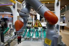 Le spécialiste allemand des robots industriels Kuka a annoncé mardi avoir signé un accord sur son rachat par le chinois Midea, incluant des engagements sur le maintien du siège social et des sites de production ainsi que sur l'emploi /Photo prise le 25 avril 2016/REUTERS/Wolfgang Rattay