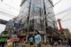 Cables eléctricos en la zona comercial de Gamarra en Lima, nov, 25, 2013. Perú registraría una inflación del 0,19 por ciento en junio, una tasa menor al mes previo, porque una caída de los precios de los alimentos habría compensado un alza en las tarifas eléctricas y de los combustibles, mostró el martes un sondeo de Reuters.   REUTERS/Mariana Bazo
