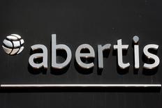 OHL vendió el martes por la tarde un siete por ciento del capital de Abertis por unos 814 millones de euros para reforzar su negocio de concesiones y reducir deuda. En la imagen, el logo de Abertis en el exterior de sus oficinas en Madrid, 1 de junio de 2016. REUTERS/Sergio Pérez