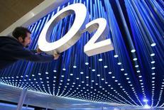 La multinacional Telefónica anunció el miércoles que volverá a consolidar las cuentas de O2 en sus resultados semestrales tras fracasar el intento de venta de la filial a Hutchison por el veto comunitario. en la imagen, un empleado finaliza detalles en logo de la empresa O2 antes de la feria de informática CeBIT en Hanover. REUTERS/Christian Charisius