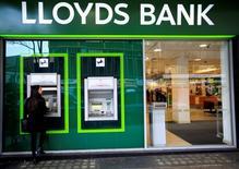 Una mujer utilizando un cajero del banco Lloyds en Londres, feb 25, 2016. Lloyds Banking Group planea recortar unos 640 puestos de trabajo, dijeron el miércoles fuentes cercanas al tema, en momentos en que el mayor prestamista hipotecario de Reino Unido sigue reduciendo su red de oficinas y su mano de obra.   REUTERS/Paul Hackett
