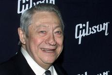 Guitarrista Scotty Moore durante evento em Hollywood.     26/02/2002       REUTERS/Fred Prouser/File Photo