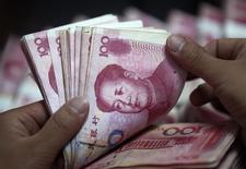 La banque centrale chinoise est prête à laisser sa devise se déprécier jusqu'à 6,8 yuans pour un dollar en 2016 afin de soutenir la croissance de l'économie, ce qui équivaudrait à une baisse de 4,5% équivalente à celle enregistrée l'année dernière, ont dit des responsables économiques à Reuters. /Photo d'archives/REUTERS