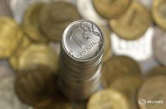 Рублевые монеты 7 июня 2016 года. Рубль в минусе на биржевой сессии четверга, отражая текущее снижение нефти Brent и сокращение продаж экспортной выручки после уплаты налогов, но дорожает по итогам месяца и второго квартала, хотя и отставая в динамике от нефтяных котировок из-за неопределенности со ставками ФРС, на которую наложился фактор Brexit. REUTERS/Maxim Shemetov/Illustration