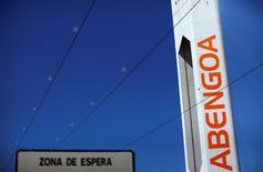 """El presidente de Abengoa, Antonio Fornieles, dijo el jueves durante la junta general de accionistas celebrada en Sevilla que se había alcanzado """"un principio de acuerdo definitivo"""" con bancos y bonistas para reestructurar su abultada deuda y salvar a la empresa de la quiebra . En la imagen, una planta solar de Abengoa en Sevilla, el 29 de marzo de 2016. REUTERS/Marcelo del Pozo"""
