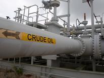 Les cours du pétrole ont cédé plus de 3% jeudi, affectés par l'augmentation de la production au Nigeria et au Canada ainsi que par des prises de profit à la fin du meilleur trimestre qu'ait connu le marché depuis sept ans. Le prix du baril de Brent a progressé de plus de 25% entre le 1er avril et le 30 juin, portant à 85% son rebond depuis le plus bas de 12 ans inscrit en début d'année.   /Photo d'achives/REUTERS/Richard Carson