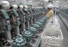El crecimiento del sector manufacturero de China se estancó en junio, mostró el viernes un sondeo oficial, lo que aumentó las expectativas de que Pekín aplique pronto más medidas de estímulo para impulsar a una economía deprimida. Imagen de un trabajador de una fábrica de algodón de Youngor en Aksu, en la región autónoma de Xinjiang Uighur, el 1 de diciembre de 2015. REUTERS/Dominique Patton