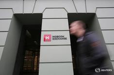 Мужчина проходит мимо здания Московской биржи 7 ноября 2014 года. Российский фондовый рынок в пятницу консолидируется после резких движений в результате решения Великобритании выйти из ЕС и закрытия в четверг квартала и полугодия, что традиционно сопровождается более высокой активностью. REUTERS/Maxim Shemetov