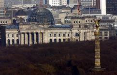 """L'Allemagne entend afficher une image de """"fiabilité et de continuité"""" en maintenant son objectif d'un budget équilibré sur les quatre prochaines années en dépit du choc provoqué par le vote des Britanniques le 23 juin pour la sortie de leur pays de l'Union européenne. Berlin prévoit de ramener la dette publique allemande à moins de 60% du produit intérieur brut (PIB) en 2020.  /Photo prise le 17 mars 2016/REUTERS/Fabrizio Bensch"""