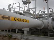 Трубы и вентили Стратегического нефтяного резерва в Техасе. Цены на нефть немного выросли в понедельник после комментариев министра энергетики Саудовской Аравии о том, что рынок на пути к равновесию, однако замедление спроса в Азии сохраняется. REUTERS/Richard Carson