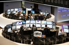 """Les Bourses européennes interrompent leur phase de rebond lundi, alourdies notamment par le retournement à la baisse des secteurs financiers et automobile, les plus exposés à l'impact du """"Brexit"""". À Paris, après quatre journées de hausse d'affilée, le CAC 40 perd 0,42% à 4.255,99 points vers 10h50 GMT. À Francfort, le Dax cède 0,31% et à Londres, le FTSE recule de 0,14%. L'indice paneuropéen FTSEurofirst 300 se replie de 0,28% et l'EuroStoxx 50 de la zone euro de 0,21%. /Photo d'archives/REUTERS"""