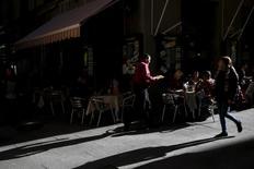 Un camarero sirve en una terraza en Madrid. La confianza en la zona euro cayó a un mínimo de 18 meses en julio, según un sondeo publicado el lunes, en momentos en que inversores y analistas temen un gran revés económico por la decisión de Reino Unido de abandonar la Unión Europea. REUTERS/Susana Vera