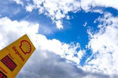 Стела на АЗС Shell в бельгийском городе Синт-Питерс-Леув. 4 апреля 2016 года. Royal Dutch Shell запросила у Saudi Aramco сумму до $2 миллиардов за раздел нефтеперерабатывающего гиганта Motiva Enterprises, совместного предприятия компаний в США, что стало очередным камнем преткновения в непростых отношениях. REUTERS/Yves Herman