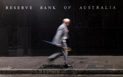 Мужчина у здания Резервного банка Австралии в Сиднее. 3 ноября 2015 года. Центробанк Австралии, как и ожидалось, оставил процентные ставки на рекордно низком уровне 1,75 процента во вторник на фоне политической нестабильности внутри страны и за рубежом, а также в ожидании данных об инфляции. REUTERS/Jason Reed/File Photo
