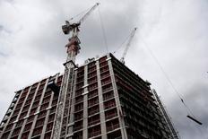 Aviva Investors, brazo inversor de la aseguradora Aviva, ha suspendido su fondo de propiedades inmobiliarias con efecto inmediato, dijo el martes un portavoz. En la imagen, se ven grúas sobre un edificio en obras en el centro de Londres, el 27 de junio de 2016. REUTERS/Neil Hall