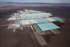 Vista aérea que muestra el área de procesamiento de la mina de litio de SQM, en el Desierto de Atacama, Chile. 10 de enero de 2013. Las acciones de la chilena SQM y de las sociedades que participan en la propiedad de la minera subían con fuerza el martes, en momentos en que el mercado espera un inminente acuerdo para la venta de su control. REUTERS/Ivan Alvarado