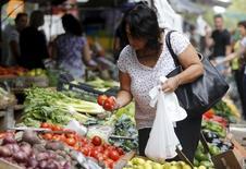 Unma persona comprando vegetales en un mercado callejero en Montevideo, mar 9, 2016. Los precios minoristas de Uruguay aumentaron un 0,4 por ciento en junio, levemente por encima de las previsiones del mercado, comparado con una subida del 0,97 por ciento el mes anterior, dijo el martes el Gobierno.  REUTERS/Andres Stapff