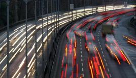 Les ventes de voitures en Europe occidentale ont augmenté de 5,7% sur un an en juin, selon le cabinet d'études spécialisé LMC Automotive, en dépit de la première contraction de la demande en Grande-Bretagne depuis le mois d'octobre.  /Photo d'archives/REUTERS/Fabrizio Bensch