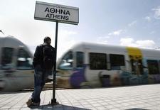 Мужчина на платформе главного ж/д вокзала в Афинах. 10 мая 2011 года. Греция получила только одну заявку на приватизацию железнодорожного оператора TRAINOSE от итальянской государственной железнодорожной компании Ferrovie dello Stato, сообщило греческое агентство по приватизации. REUTERS/John Kolesidis (GREECE - Tags: POLITICS BUSINESS TRANSPORT) - RTR2M7V6