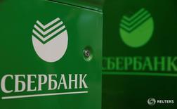 Банкомат в отделении Сбербанка в Москве 10 июня 2016 года. Крупнейший госбанк РФ Сбербанк получил за первое полугодие 2016 года чистую прибыль, рассчитанную по российским стандартам бухгалтерского учета, в размере 229,4миллиарда рублей, что в 2,8 раза превышает результат аналогичного периода прошлого года, сообщил банк. REUTERS/Maxim Shemetov