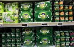 La francesa Danone, el mayor fabricante mundial de yogur, dijo el jueves que comprará a WhiteWave Foods Co en una operación que valora al productor estadounidense de alimentos orgánicos en 12.500 millones de dólares (unos 11.300 millones de euros), incluyendo deuda. En la imagen, varios productos producidos por Danone se observan en una cámara frigorífica del supermercado Auchan en Niza, Francia, el 14 de marzo de 2016.    REUTERS/Eric Gaillard