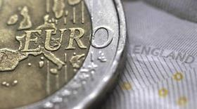 Монета в два евро на фоне десятифунтовой банкноты. Иллюстрация сделана 16 марта 2016 года. Франция и Великобритания соперничают за пятое место в рейтинге крупнейших в мире экономик, и Франция вырвалась вперёд благодаря снижению фунта стерлингов после решения британцев покинуть ЕС, показали данные Рейтер. REUTERS/Phil Noble/Illustration