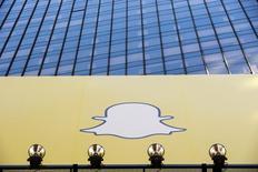 El logo de Snapchat en un anuncio en Times Square en Nueva York, mar 12, 2015. Snapchat anunció una nueva función que permite a los usuarios guardar y compartir sus contenidos, un gran cambio para la popular aplicación de mensajes utilizada para enviar fotografías y videos que desaparecen en el día.  REUTERS/Lucas Jackson