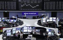 Помещение фондовой биржи во Франкфурте-на-Майне. 7 июля 2016 года. Акции Европы прервали в четверг трехдневную череду потерь благодаря подъему бумаг производителей потребительских товаров, таких как Associated British Foods и Danone. REUTERS/Staff/remote