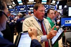 Трейдеры на фондовой бирже в Нью-Йорке. 6 июля 2016 года. Индексы американского фондового рынка S&P 500 и Dow industrials упали в четверг под давлением акций энергетического сектора, однако подъём бумаг Costco и акций технологического сектора способствовал росту Nasdaq Composite. REUTERS/Lucas Jackson