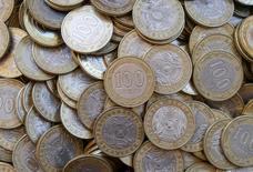 """Монеты по 100 тенге. 30 июня 2016 года. Объемы интервенций Нацбанка Казахстана в июне 2016 года имели """"практически нулевое значение"""", составив $2,5 миллиона, после $728,3 миллиона в мае, говорится в сообщении Нацбанка. REUTERS/Shamil Zhumatov/Illustration"""