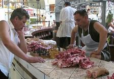 Продавцы мяса играют в шахматы на рынке в Киеве. 2 июля 2008 года. Инфляция на Украине в июне замедлилась до 6,9 процента в годовом выражении, превзойдя прогноз опрошенных Рейтер аналитиков, ожидавших снижения до 7,2 процента с 57,5 процента в июне прошлого года. REUTERS/Gleb Garanich