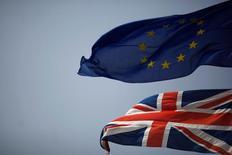 Флаги ЕС и Великобритании на границе Гибралтара и Испании. 27 июня 2016 года. Неопределенность, спровоцированная решением Великобритании о выходе из Европейского союза, приведет к замедлению роста экономики еврозоны до 1,4 процента в 2017 году с 1,6 процента в 2016 году, в то время как понижательные риски увеличиваются, сообщил Международный валютный фонд в пятницу. REUTERS/Jon Nazca